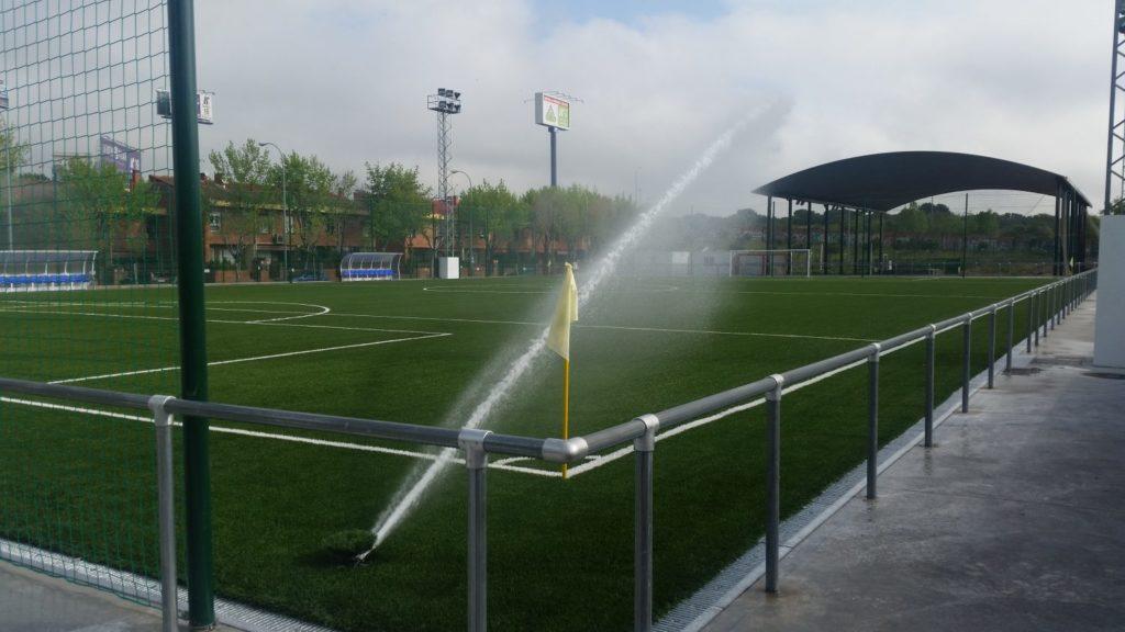Detalle riego campo fútbol hierba artificial La Sacedilla Riegos Programados